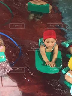 水中を泳ぐ子 - No.1041735