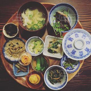 テーブルの上に食べ物のボウルの写真・画像素材[772338]