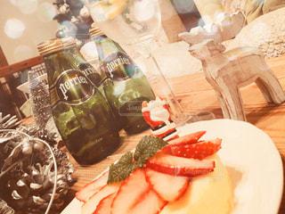 テーブルな皿の上に食べ物のプレートをトッピングの写真・画像素材[913741]