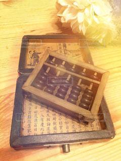 テーブルの上のケーキと木製のまな板の写真・画像素材[1065941]