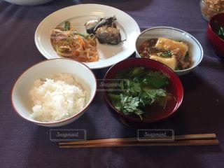 テーブルの上の皿の上に食べ物のボウルの写真・画像素材[784094]