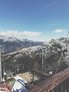 雪の上に行く橋覆われた山の写真・画像素材[928795]
