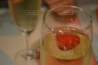 近くにワインのグラスのの写真・画像素材[931805]