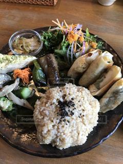 テーブルの上に食べ物のプレートの写真・画像素材[773289]