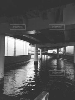 水の体の上の橋の写真・画像素材[817319]