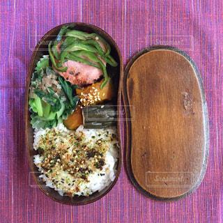テーブルの上に食べ物のボウルの写真・画像素材[774549]