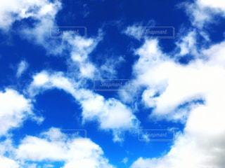 青空とふわふわの白い雲の写真・画像素材[2287962]