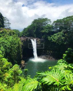 レインボーフォールズを背景にした森の中の大きな滝の写真・画像素材[3140732]