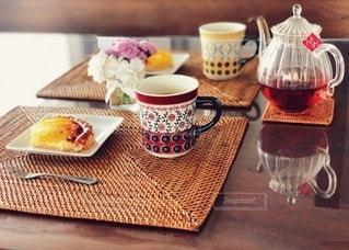 アップルパイと紅茶でティータイムの写真・画像素材[3294380]