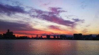 遠くに見えるお台場と夕焼けの写真・画像素材[3396319]