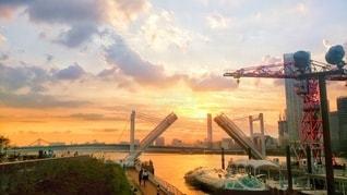 東京湾に出ていく観光船と夕焼けの写真・画像素材[3410543]