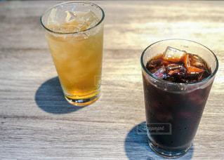 2人,飲み物,インテリア,夏,ジュース,アイスコーヒー,水,氷,ガラス,テーブル,コップ,食器,グラス,アイス,ドリンク,レモネード,ライフスタイル,飲料,飲む,コールド,ソフトドリンク,2杯
