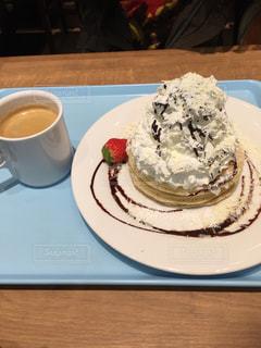 皿の上の大きなチョコレート ケーキの写真・画像素材[879602]