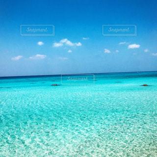 海の横にある水の体の写真・画像素材[1127996]