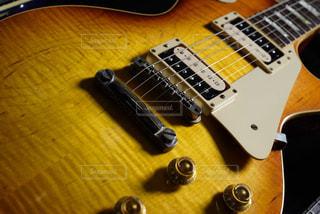 近くにギターのアップの写真・画像素材[812560]