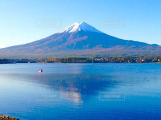 背景の山と水の大きな体の写真・画像素材[790831]