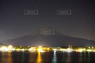 富士山の夜景と湖の写真・画像素材[1025600]
