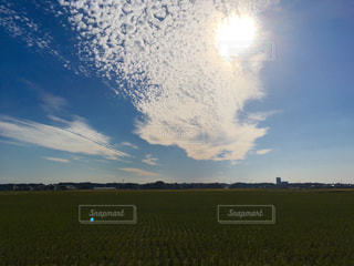 稲刈り終わりの田んぼと秋の空の写真・画像素材[1508329]