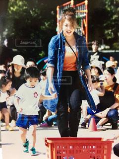 親子競技でダッシュ!の写真・画像素材[780561]