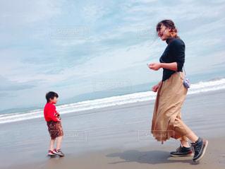 20代,海,春,親子,波,浜辺,風,幼児,母,男の子,息子,ママ,お母さん,春一番