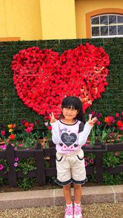 花の前に立っている女の子 - No.887160