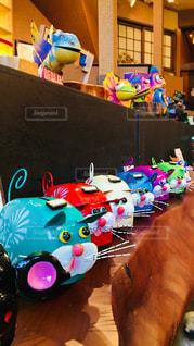 テーブルにカラフルなブリキのおもちゃの写真・画像素材[948499]