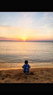 砂浜に座っている男の子の写真・画像素材[957636]