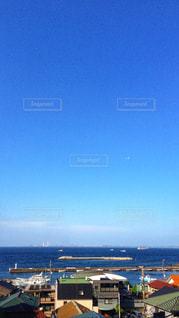 海と同じくらいブルーな空の写真・画像素材[1107135]