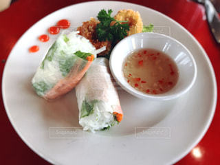 テーブルの上に食べ物のプレートの写真・画像素材[804219]