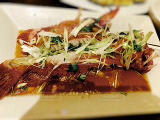 近くに食べ物のプレートのアップの写真・画像素材[804245]