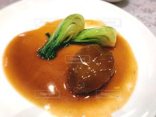 肉と野菜をトッピング白プレートの写真・画像素材[804248]