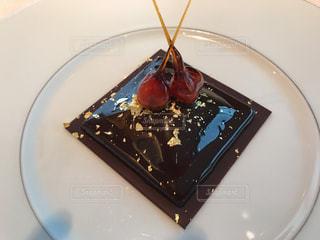 皿にチョコレート ケーキの写真・画像素材[804291]