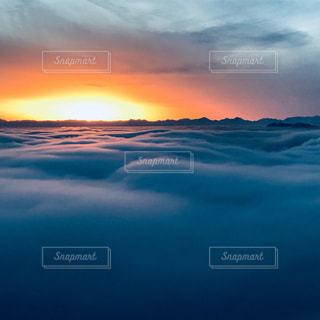 水の体に沈む夕日の写真・画像素材[975293]