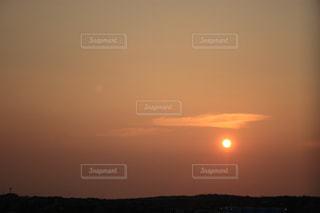 水の体に沈む夕日の写真・画像素材[1310513]