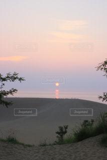 水の体に沈む夕日の写真・画像素材[1310529]
