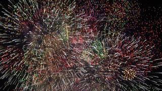 空に花火のグループの写真・画像素材[1312302]