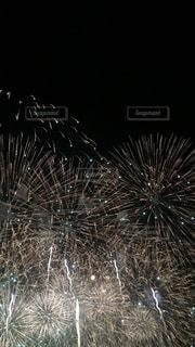 空に花火のグループの写真・画像素材[1312318]