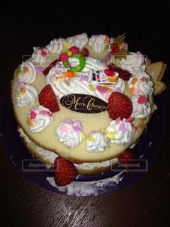 近くにバースデー ケーキのプレートのアップの写真・画像素材[863749]