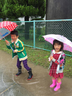 傘を保持している小さな女の子の写真・画像素材[820811]
