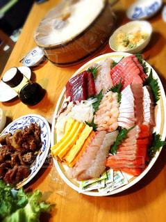 テーブルの上に食べ物のプレートの写真・画像素材[778471]