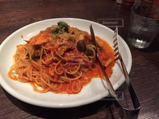 白い皿にキノコと秋鮭のトマトソースパスタ - No.779358