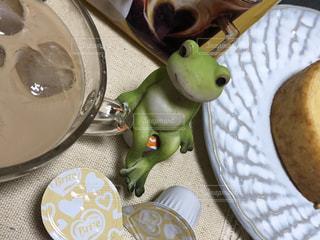 食品やコーヒー テーブルの上のカップのプレートの写真・画像素材[1265592]