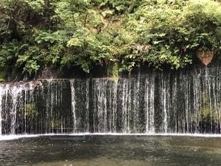 滝の隣に立っている人のグループの写真・画像素材[1476332]