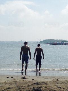 砂浜の上に立っている男の写真・画像素材[2171756]