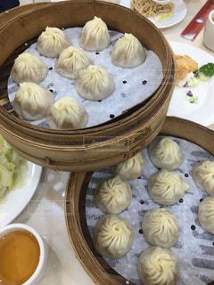 テーブルの上に食べ物のプレートの写真・画像素材[859926]
