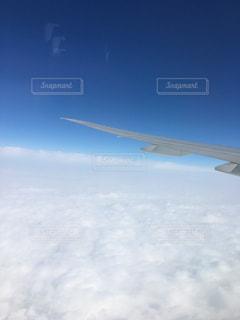 大型の飛行機が空を飛んでいます。の写真・画像素材[1116532]