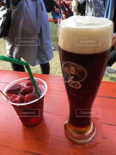 コーヒーやビール、テーブルの上のガラスのカップの写真・画像素材[1411975]