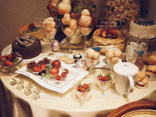 ケーキでテーブルに座っている人々 のグループ - No.796807