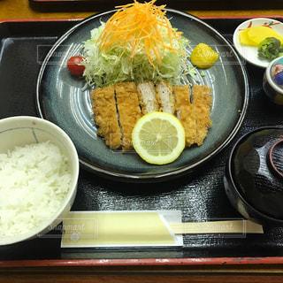 テーブルの上に食べ物のボウルの写真・画像素材[780140]