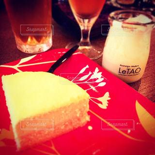近くに食品とオレンジ ジュースのガラスのプレートのアップの写真・画像素材[803155]